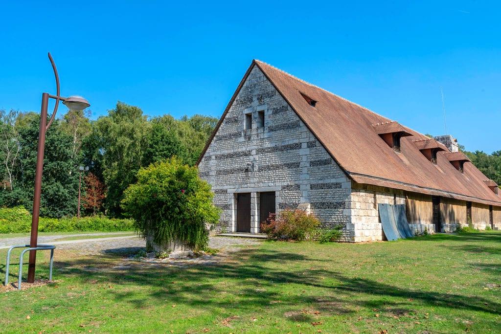 Vue extérieure de la grange du Grand Aulnay