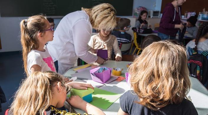 Des enfants réalisent des ateliers manuels