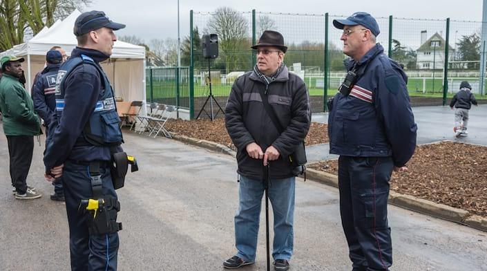 Un habitant discute avec des policiers