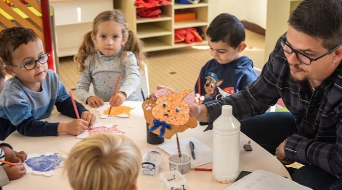 Des enfants participent à un atelier créatif