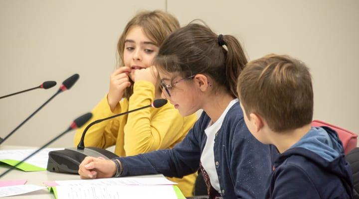 Une fille au conseil des jeunes parlent dans le micro