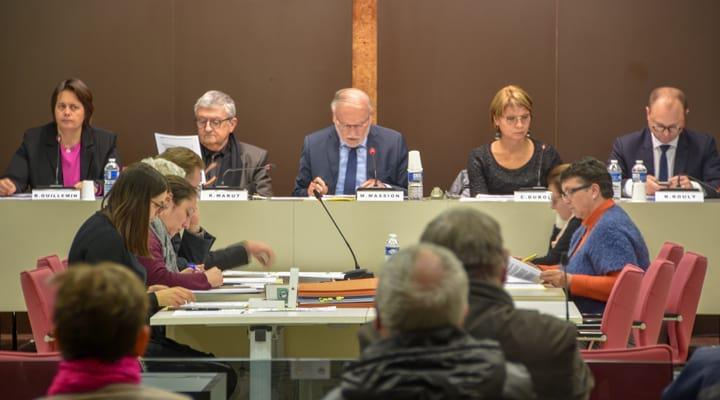 Un conseil municipal avec les élus et le maire