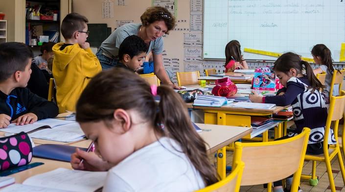 Différents élèvent étudient dans une classe