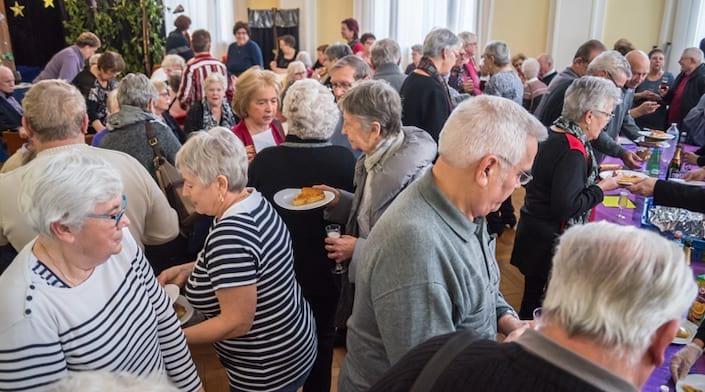 Des seniors participe à un buffet