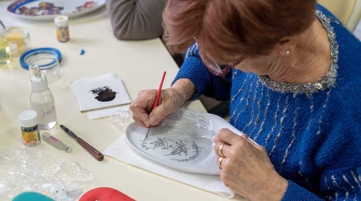 Une seniors participe à un atelier créatif