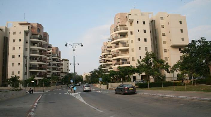 Une rue et des immeubles à Ness Ziona