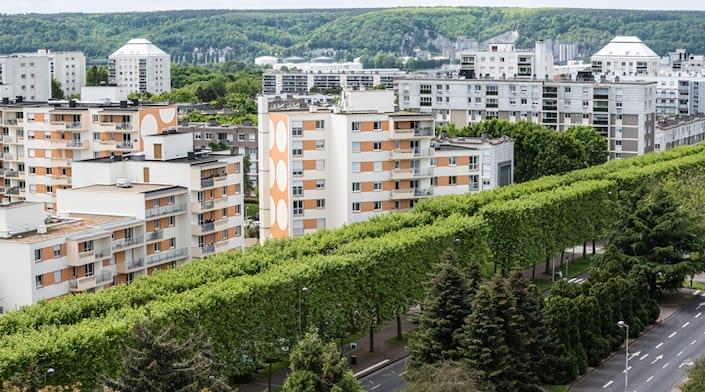 Des immeubles autour d'un environnement vert