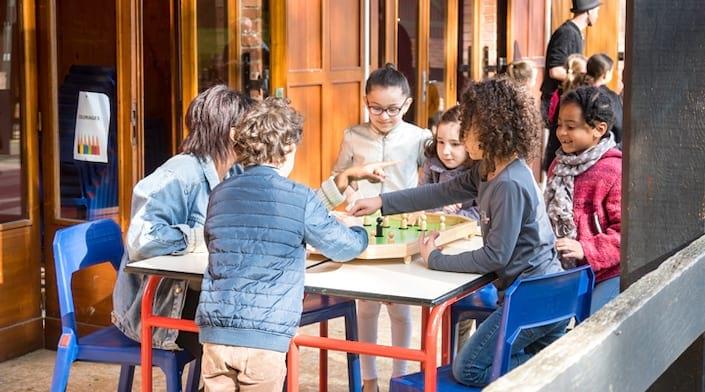Enfants qui jouent aux échecs