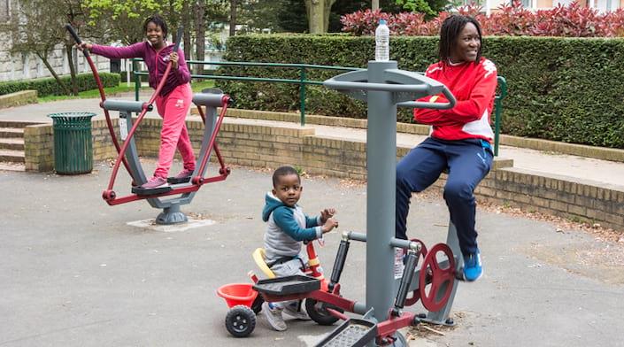 Un équipement sportif en libre accès avec une famille