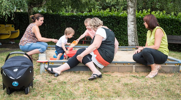 Des assistantes relais maternelles s'occupent d'enfants