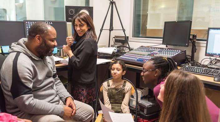 Les studios de l'Espace jeunesse avec des animateurs et des enfants