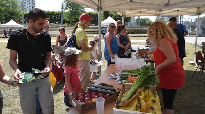 Un stand de santé avec différents légumes et fruits