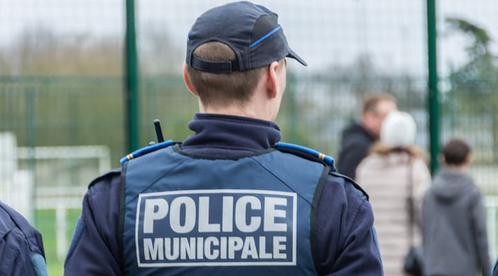 Un policier municipal de dos