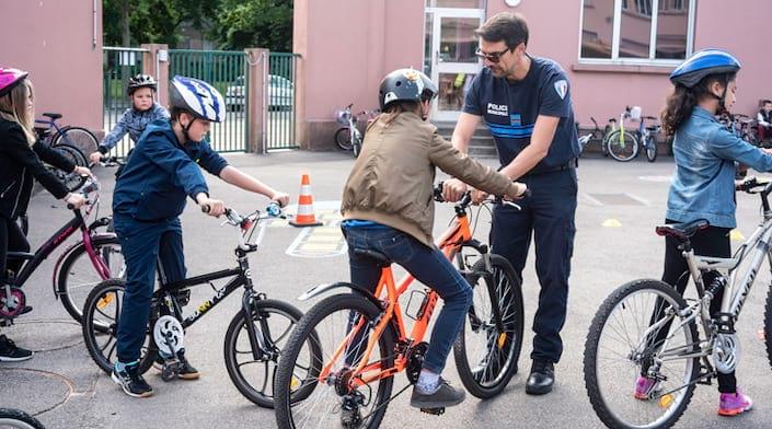 Des enfants sur des vélos