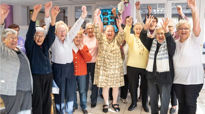 Des seniors lèvent les mains