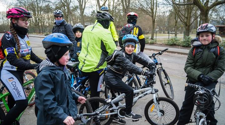 Des enfants sur leurs vélos