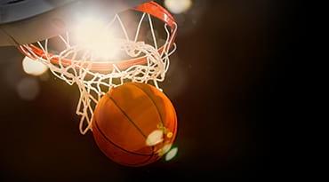Un ballon et un panier de basketball