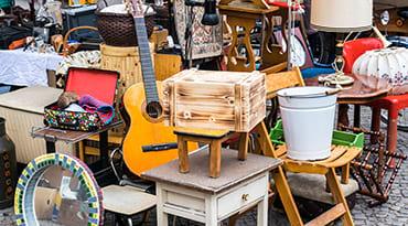 Des objets en vente dans une foire à tout