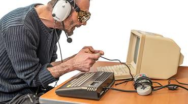 Un homme joue aux jeux vidéo