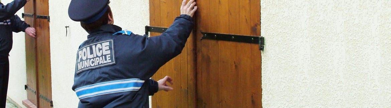 Des policiers municipaux contrôlent une maison