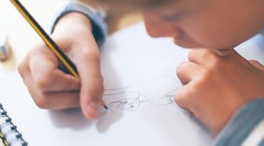 Un petit garçon dessine