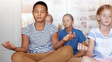 Des enfants en position du Lotus