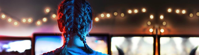 Une fille devant un écran
