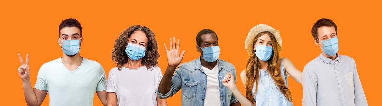 Des personnes avec des masques
